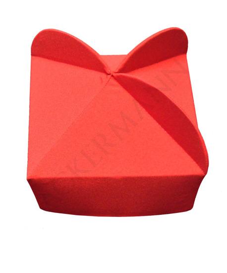 Rotes Birett mit 3 Hörnern